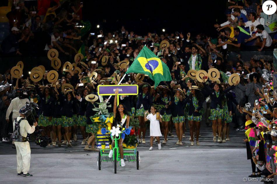 De bicicleta, modelo transexual Lea T puxou a delegação brasileira no desfile da cerimônia de abertura © Getty Images