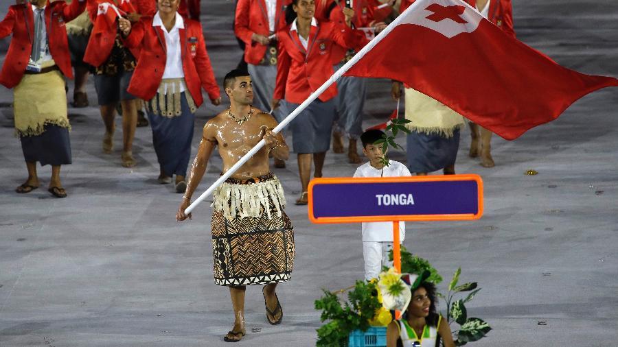 pita-taufatofua-carrega-a-bandeira-de-tonga-no-desfile-das-delegacoes-da-abertura-das-olimpiadas-1470453965237_v2_900x506